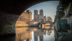 Kousek Paříže má karanténu ve stylu 40. let, nechali tam kulisy